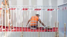Un obrero trabaja en la nueva distribución de una casa en Barcelona