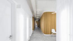 El pasillo de entrada contribuye a crear la idea de clínica sensorial