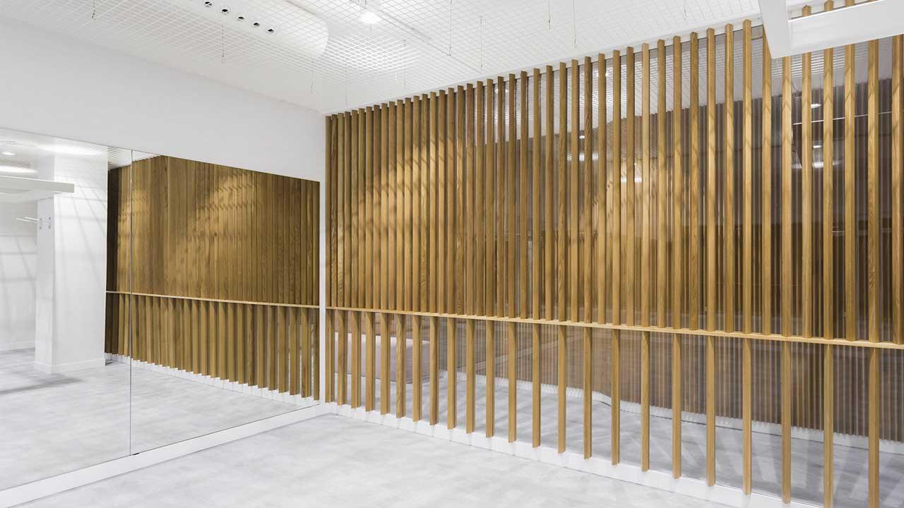 La clínica sensorial se apoya en la madera en varias de las salas