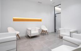 La gestión de la luz crea una sensación de calidez en la clínica
