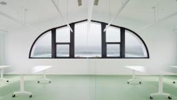 La sala de exposiciones ofrece imponentes vistas al mar