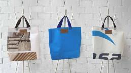La lonas de Desarrolla son la materia prima de estos bolsos solidarios