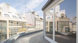 El ático está coronado por una gran terraza