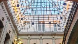 La icónica vidriera bajo el lucernario de María Pita está siendo rehabilitada